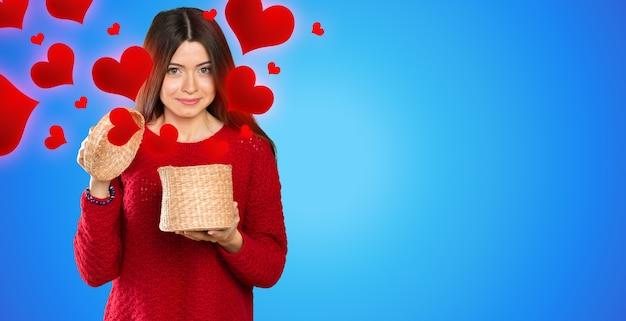 Jeune belle femme ouvrant une boîte en bois