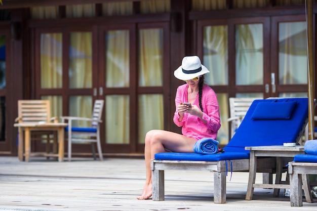 Jeune belle femme parlant par téléphone
