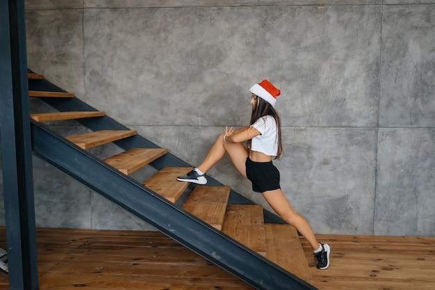Jeune belle femme pratiquant des exercices de gymnastique sportive