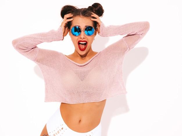 Jeune belle femme sexy hipster surpris avec des lèvres rouges en lunettes de soleil.