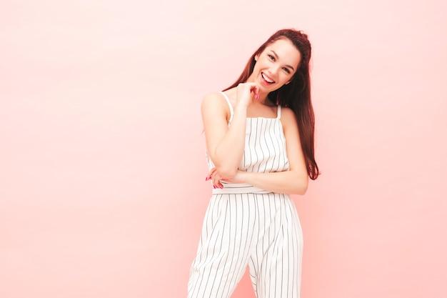Jeune belle femme souriante dans des vêtements hipster d'été à la mode