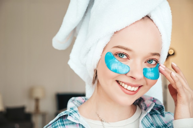 Jeune Belle Femme Souriante Avec Des Taches Sous Les Yeux Photo gratuit