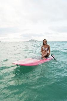 Jeune belle femme surfant à hawaii