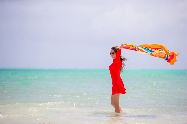 Jeune belle femme en vacances à la plage
