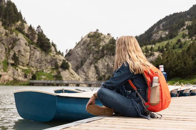 Jeune belle femme voyageant dans les montagnes
