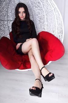 Jeune belle fille et balançoire décorative