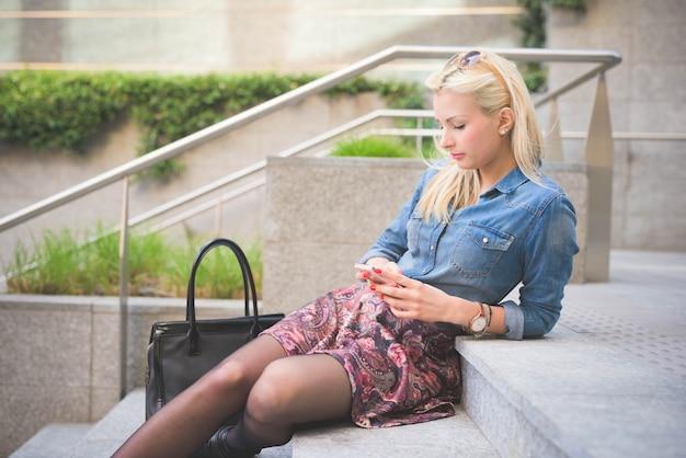 Jeune belle fille blonde caucasienne dans la ville