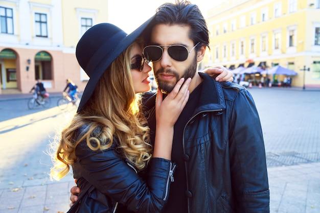 Jeune belle fille blonde sensuelle embrassant son beau petit ami élégant.
