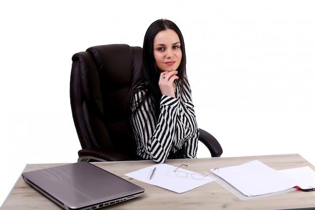 Jeune belle fille de bureau au lieu de travail isolé sur blanc