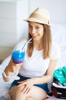 Jeune belle fille buvant un cocktail