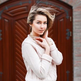 Jeune belle fille dans un pull