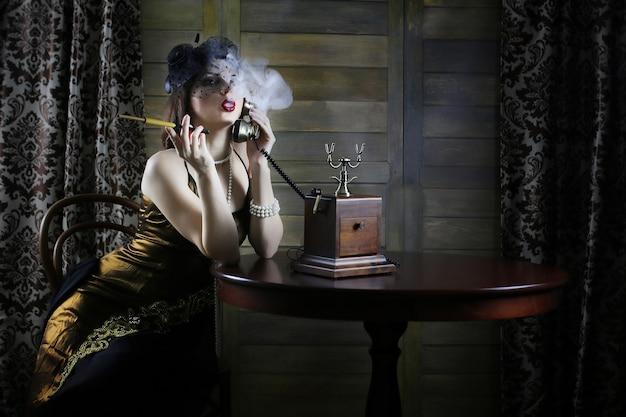 Jeune belle fille dans un style vestimentaire du début des années 30 chicago avec un embout buccal