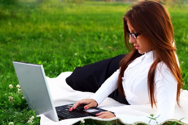Jeune et belle fille faisant du travail à domicile