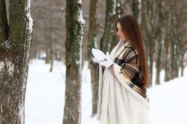 Jeune belle fille en hiver jour de neige à l'extérieur