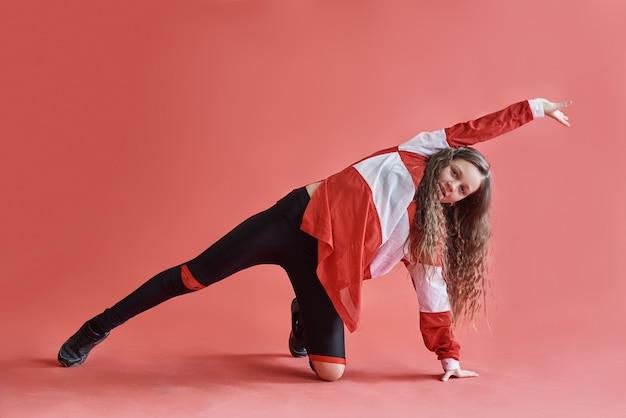 Jeune belle fille mignonne dansant, adolescente de style hip-hop mince moderne sautant