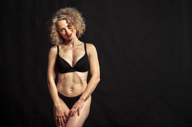 Jeune belle fille nue isolée sur fond noir