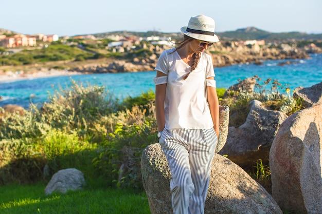 Jeune belle fille pendant les vacances d'été italiennes