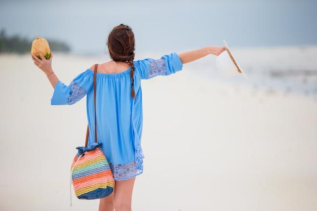 Jeune belle fille en vacances à la plage
