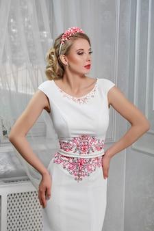 Jeune belle, jolie femme, fille en longue robe blanche avec du rouge