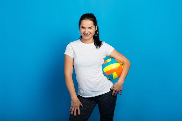Jeune belle joueuse de volley-ball isolé