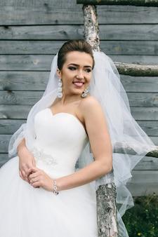 Jeune belle mariée debout à l'échelle