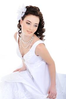 Jeune belle mariée élégante
