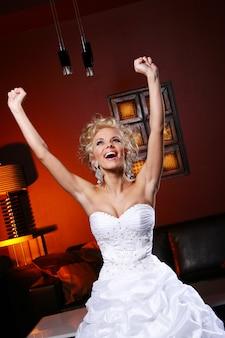 Jeune et belle mariée en robe de mariée