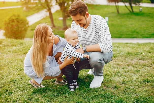 Une jeune et belle mère blonde dans une robe bleue, avec son bel homme
