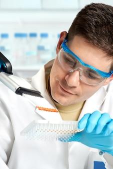Un jeune biologiste définit une réaction de séquençage de l'adn