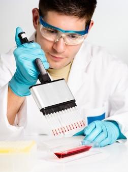 Une jeune biologiste met en place une réaction pcr