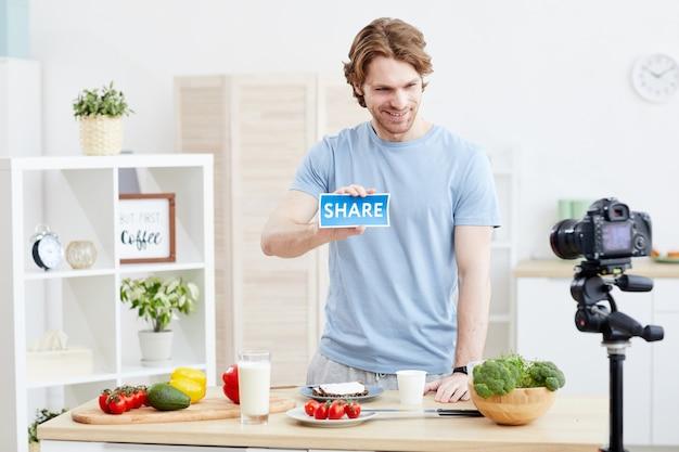 Un jeune blogueur culinaire tourne une vidéo intéressante pour son blog, il parle de mode de vie sain et partage ses idées