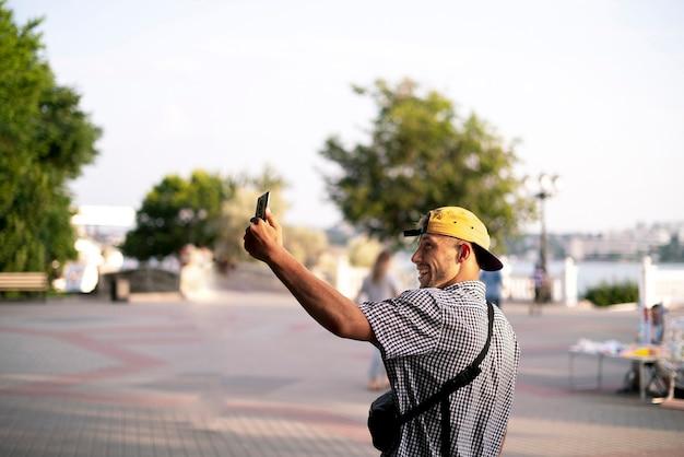 Un jeune blogueur s'exprimant devant une caméra et enregistrant une vidéo