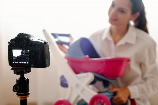 Jeune blogueuse avec caméra