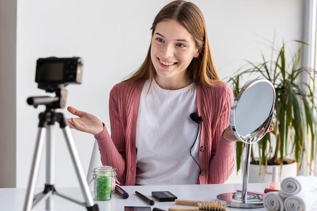 Une jeune blogueuse enregistre une vidéo de maquillage