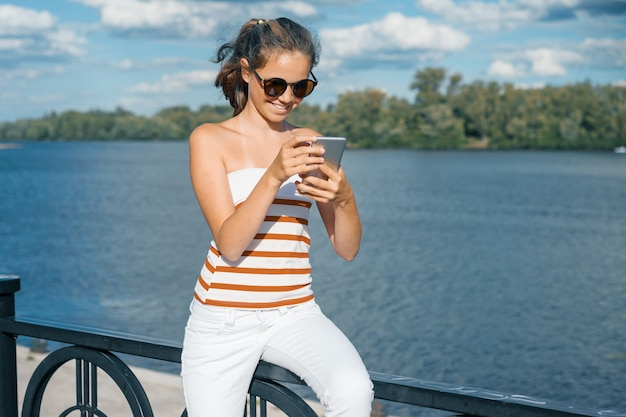 Une jeune blogueuse prend des photos et des vidéos pour son blog.