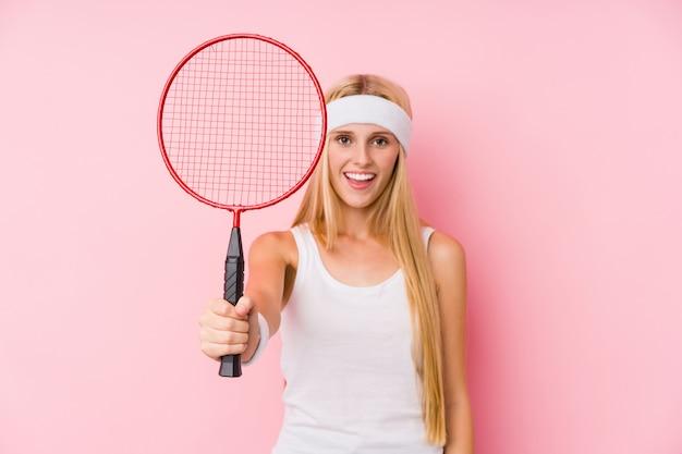 Jeune, blond, femme, jouer, badminton