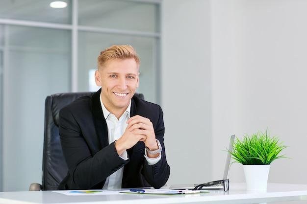 Jeune, blonde, femme affaires, sourire, séance table, à, lunettes