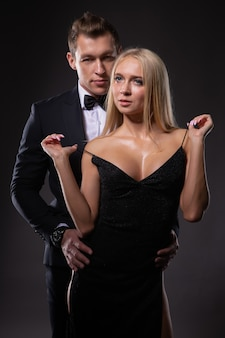 Une jeune blonde magnifique flirte avec son homme bien-aimé.