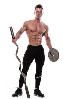 Jeune bodybuilder avec haltères