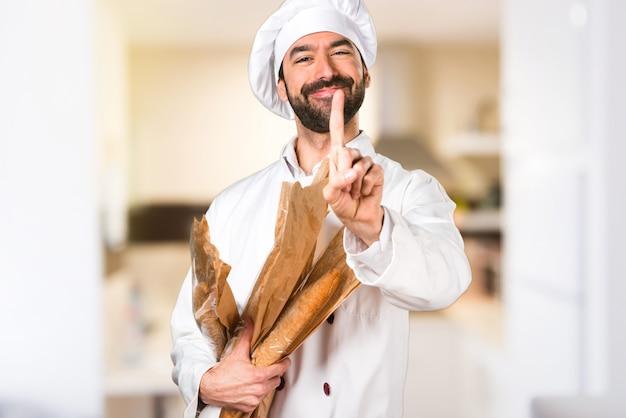 Le jeune boulanger prend du pain et on compte un dans la cuisine