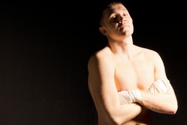 Jeune boxeur confiant attendant son combat