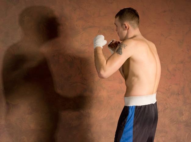 Jeune boxeur dans la formation de forme physique travaillant