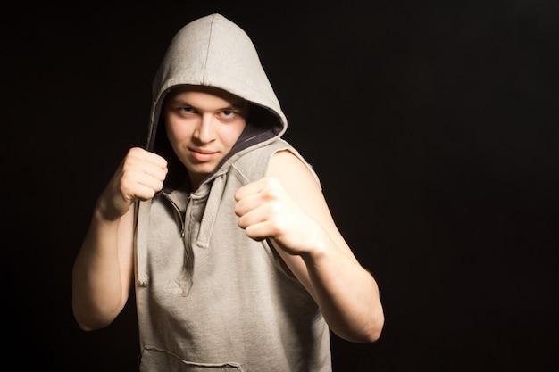 Jeune boxeur fâché déterminé