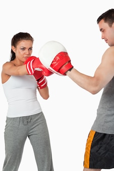 Jeune boxeuse centrée sur sa cible
