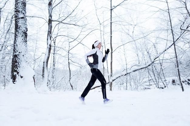 Jeune brune en jogging matinal