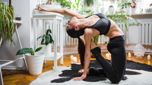 Jeune brune en pose de yoga