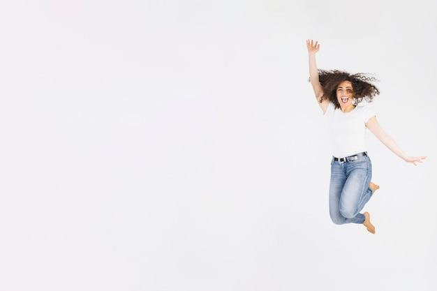 Jeune brune sautant