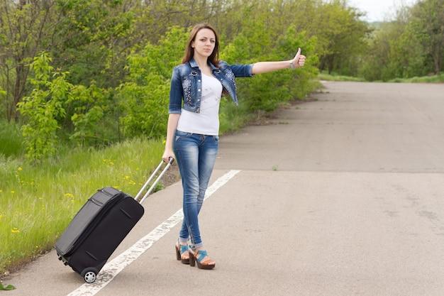 Jeune brunette jolie femme caucasienne portant un jean bleu