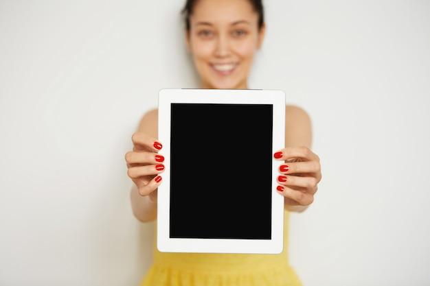 Jeune, brunette, tenue femme, tablette
