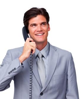 Jeune cadre masculin au téléphone